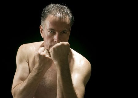 delito: Un hombre con los pu�os planteadas en una postura de defensa o ofensa.  Foto de archivo