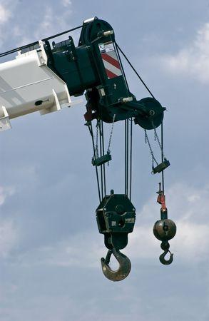 Zwei schwere Haken hängen vom Ende einer großen Kran. Standard-Bild - 1326958