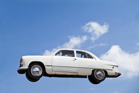 weather beaten: Un vecchio veicolo resistito sospesa nel cielo. Archivio Fotografico