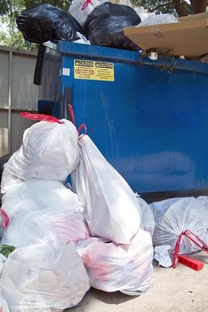d�bord�: Le d�bordement des ordures d'un complexe d'appartements zone de collecte des ordures.