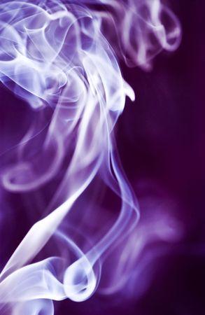 紫の色で照らされた伊賀焼きの燃焼からの煙の優雅な渦巻き。