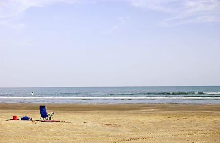 空のビーチでの空のビーチ椅子。