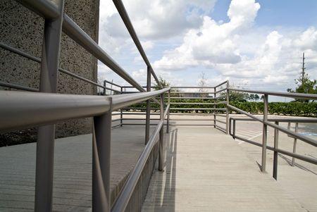 De leuningen van een goed ontworpen handicap toegang oprit. Stockfoto - 2148146