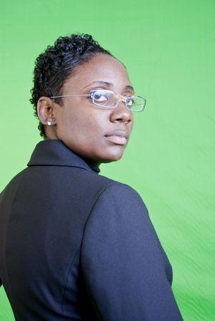 superiority: Un joven African American negocios con una actitud de confianza o de superioridad.