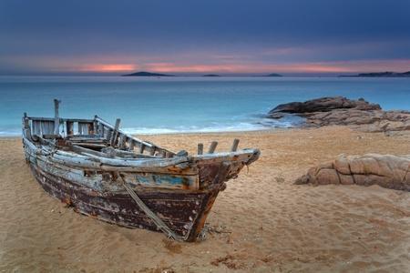 El barco en la playa Foto de archivo