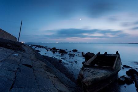 bodegones: Rompeolas y barco