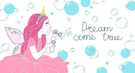 Jolie fille dans un costume de fée soufflant des bulles de savon