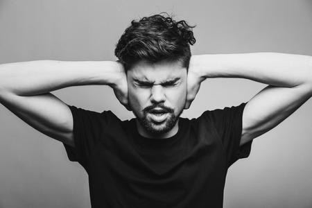 oreja: Hombre joven en negro T-shirt