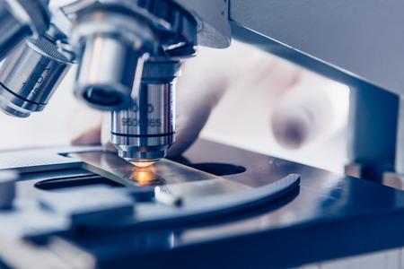 microscopio: manos Cient�fico con el microscopio primer tiraron en el laboratorio
