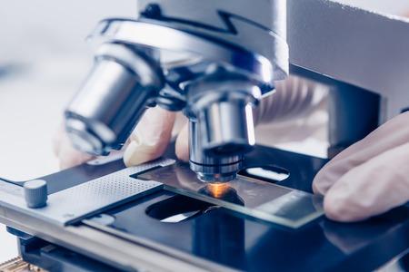 Wetenschapper handen met microscoop close-up shot in het laboratorium Stockfoto