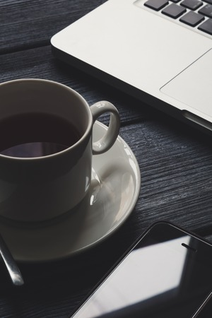 taza de t�: Table with notepad, computer and tea cup