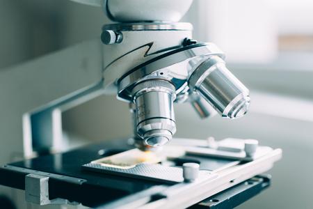 microscopio: Microscopio en el laboratorio, moderno tiro de primer plano Foto de archivo