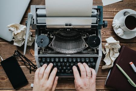 Escribiendo escritor con máquina de escribir retro. Vista desde arriba. Foto de archivo - 66552722