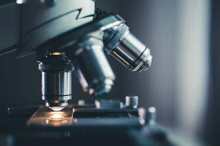 Zbliżenie mikroskopu z metalową soczewką w laboratorium.