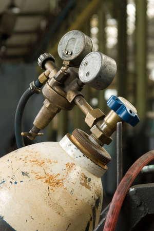 cilindro de gas: Cilindro de gas y man�metro en f�brica Foto de archivo