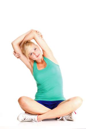 Sport Jonge vrouw in groene oefening doen gymnastiek pose geïsoleerd op wit