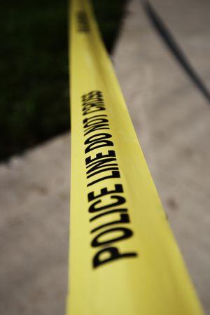 escena del crimen: Polic�a alerta sobre la escena del crimen en una cinta de color amarillo Foto de archivo