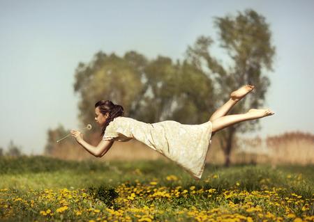 ragazze a piedi nudi: Ragazza in pigiama notte sorvolano il campo e sentire l'odore tarassaco