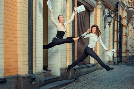 Mädchen glücklich aus dem Amt laufen in der Vertragsunterzeichnung Standard-Bild - 29462004