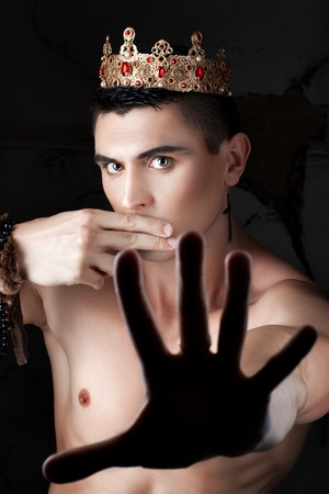 censure: Gy with the crown closed his mouth with your fingers.