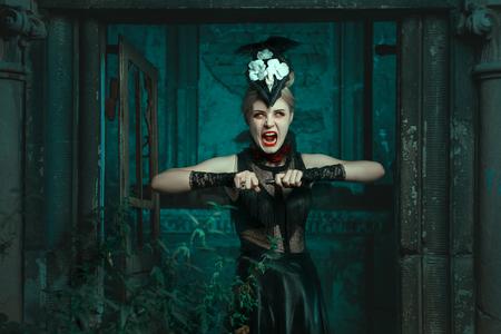 wilkołak: Straszna kobieta stoi w krypcie i krzyki. Ona jest paskudztwo i krew.
