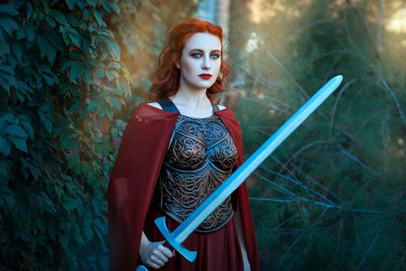 Schöne Mädchen mit einem Schwert in der Hand. Sie ist ein altmodisches Kleid. Standard-Bild - 46099003
