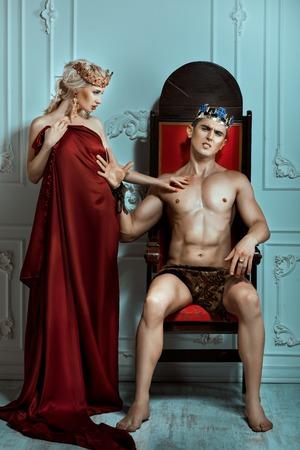 siervo: Rey mano rechaza la reina con un rostro altivo y amargo. Est�n en la sala real.