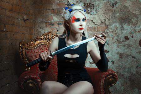 guerrero: Guerrero de la mujer que sostiene una espada en la mano. En la cara de pintura de guerra.