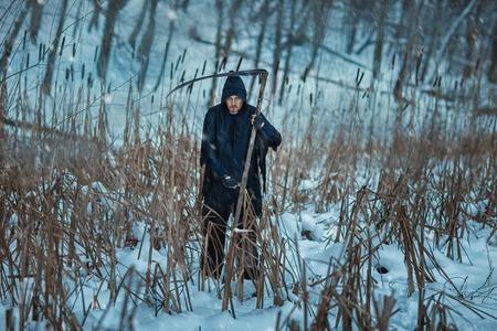 imminence: Muerte sostiene una guadaña en sus manos y de pie en un campo.