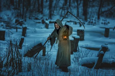 imminence: Hombre asustadizo con la guadaña es la nieve del invierno.