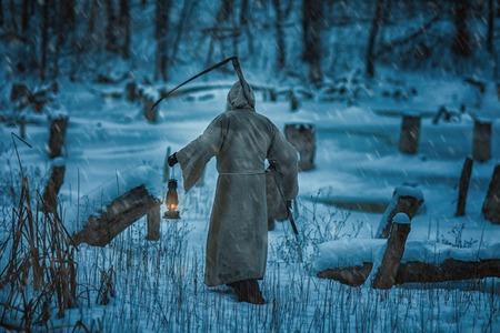 imminence: Figura de un hombre de la parte posterior con una guadaña de la muerte. Él trae el horror y el miedo a la muerte. Foto de archivo
