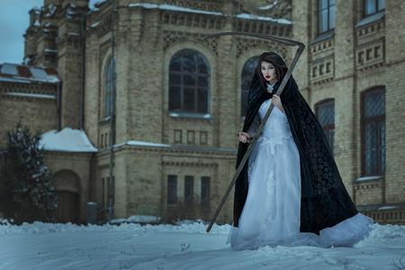 imminence: Niña en un vestido de novia con una guadaña de la muerte. Se infunde miedo y el terror.