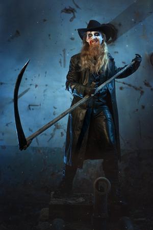 imminence: Hombre con una sonrisa maliciosa, que sostiene una guadaña en su mano para matar.