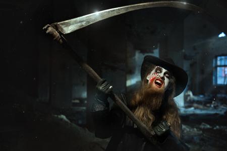 imminence: El hombre enojado balanceó su guadaña y quiere matar.