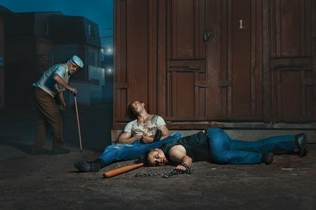 malandros: anciano golpeado por matones en la calle por la noche.