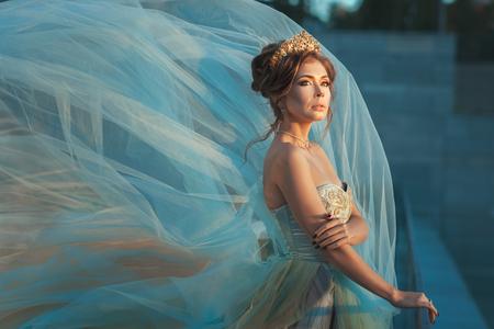 arrogancia: Reina niña en un vestido de aleteo.