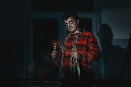 imminence: horrible hombre con un cuchillo y una soga alrededor de su cuello de pie en la habitación.