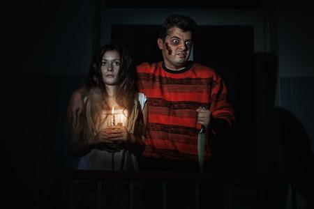 imminence: El hombre de pie junto a una mujer horrible, terrible. Foto de archivo