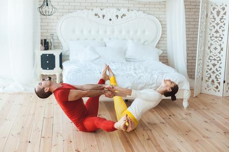女と男は伸展筋、体操選手です。 写真素材 - 73965547