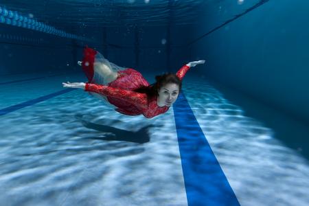 Schwimmer im Pool, sie schwimmt auf dem Boden. Standard-Bild - 84049327