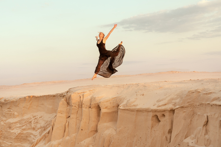 flit: Woman while dancing jumped into the abyss with the dune sand.