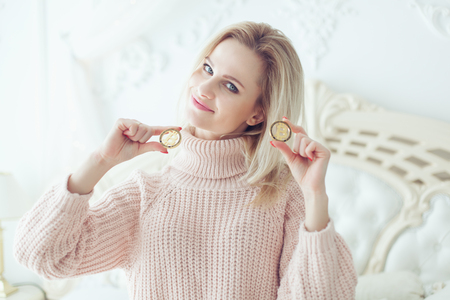 Beautiful woman holds in her hand bitcoin cryptocurrency coins. Standard-Bild - 124696847