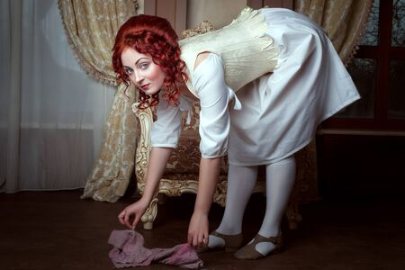 Young woman governess in white clothes cleans the room. Banque d'images - 129598538