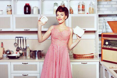 Junge schöne Frau kocht in der Küche. Pin-up-Stil..