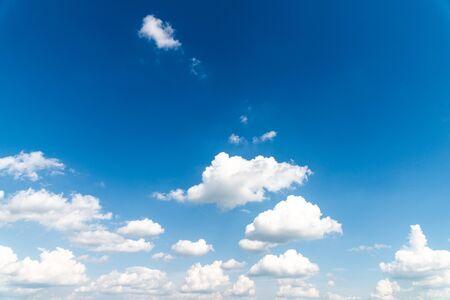 niebieskie niebo i chmury w tle