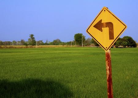 turn left: girare a sinistra per segno riso feild