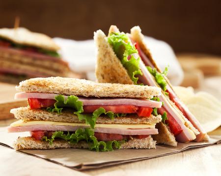 jamon y queso: club sandwich con patatas fritas Foto de archivo