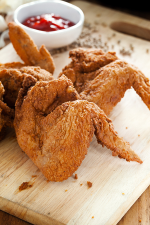 fried chicken wings: fried chicken wings on wooden board