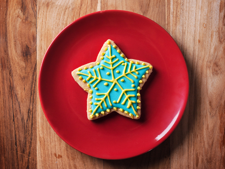 snow flake: chirstmas snow flake cookies in red plate