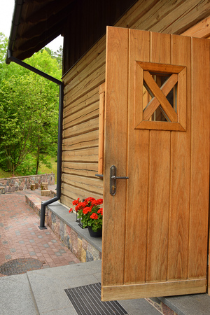 Landhuis met houten deur